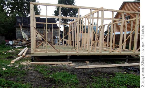 вот так выглядит процесс строительства каркасного дома на свайном фундаменте