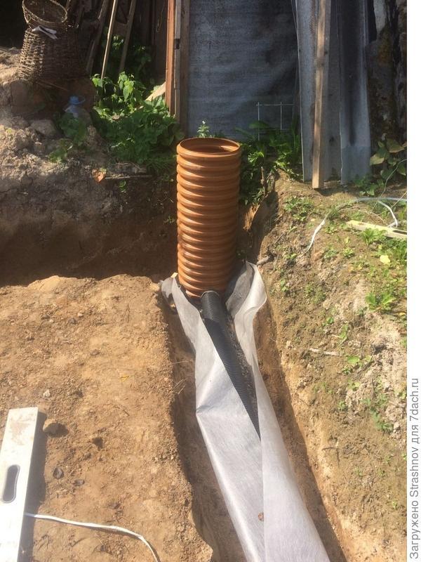 следующий этап: щебень и труба в геотекстиле