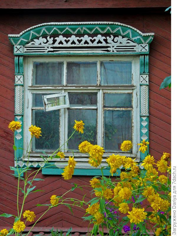 Окно деревенского дома