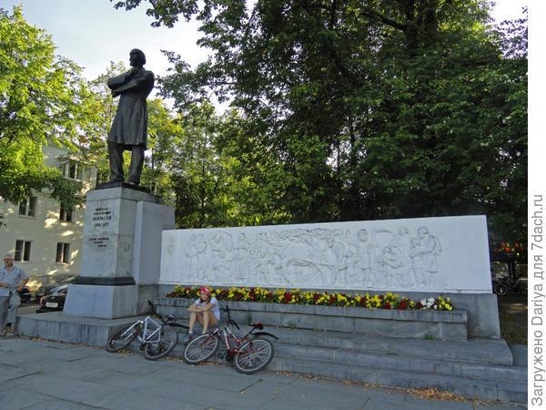 Памятник Некрасову на набережной Волги