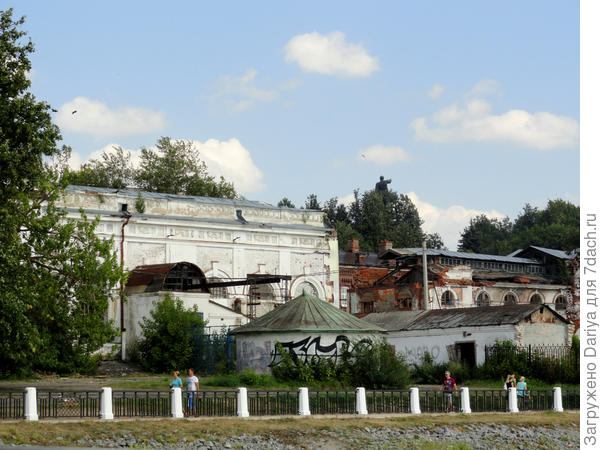 Развалины старинного здания на набережной