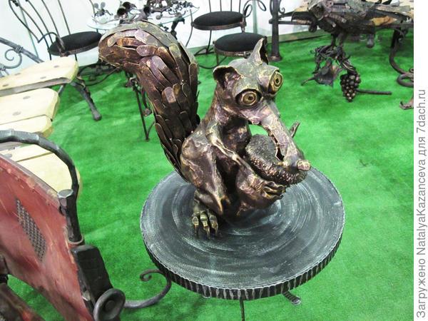 Не могла обойти стороной эту знаменитую белочку из Ледникового периода)) Если бы я поставила эту металлическую скульптуру перед входом в дом, то моим гостям был бы обеспечен нескончаемый позитив)))
