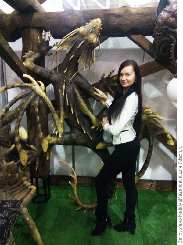 Не удержалась и попросила представителя компании меня сфотографировать рядом с дракошей))