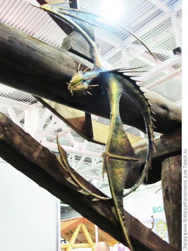 Этот дракончик размерами поменьше, примерно 1 метр)) Тоже выкован из металла))