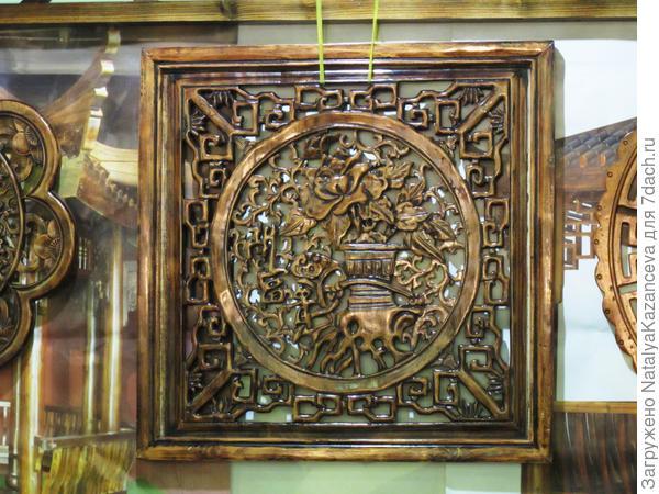 Резная панель из дерева - она бы отлично украсила стену вместо картины))