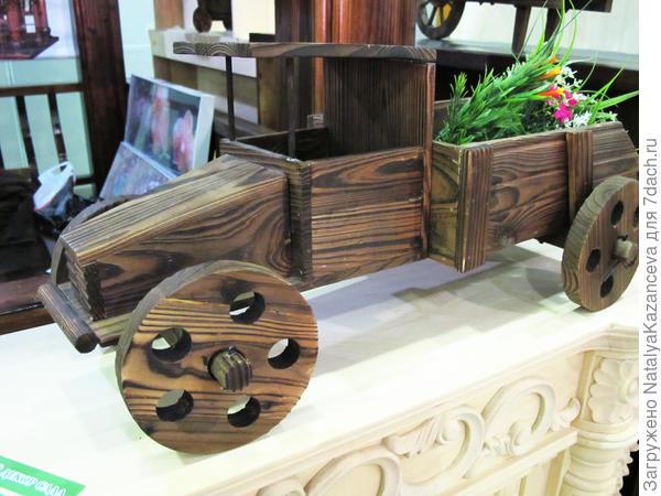 Очень милое деревянное кашпо. Я бы такое поставила не только дома, но и, например, в уютном уголке сада))