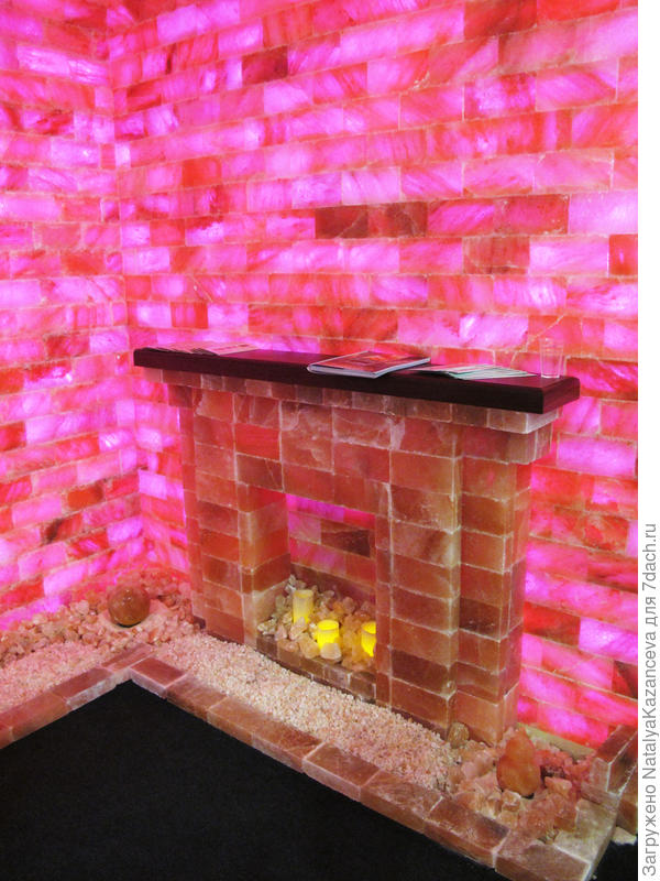 Стены, камин, свечи - все из соли)