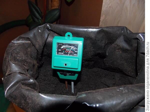 Этим прибором измерила кислотность грунта и влажность.