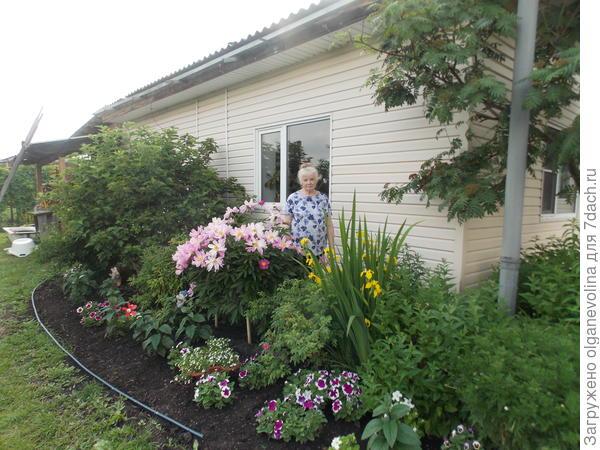 Я и мои цветы. На переднем плане - Анастасия.