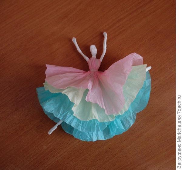 Из простых бумажных салфеток можно не только вырезать снежинки, но и смастерить, например, вот такую балерину.