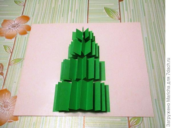 Из красной бумаги вырезаем звезду и приклеиваем ее на верхушку елочки. Рисуем фломастером снежинки.