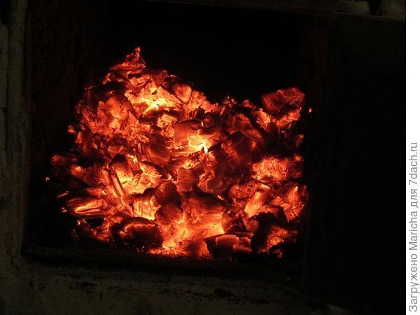 Но если не утеплить дом, тепло будет проникать наружу, просто уходить через стены, окна, двери. Мы решили эту проблему так: поставили теплые пластиковые окна, входные двери оббили дерматином, наполненным поролоновой прокладкой.  Деревянные дома считаются самыми теплыми, при достаточной толщине стен их можно не утеплять дополнительно. Но наш дом мы купили уже старым, да и зимы у нас суровые, поэтому  утеплили стены снаружи минеральной ватой и обшили их сайдингом. Стало заметно теплее.