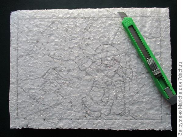 Теперь вырезаем из лоскутка кусочек, чуть больше нарисованного сегмента, накладываем его на сегмент и заправляем края ткани в прорези
