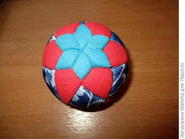 Осталось шарик украсить с помощью декоративных булавок, атласных лент, тесемок, бусин. Я сверху шарика сделала бант из тесьмы и прикрепила его с помощью декоративной булавки.