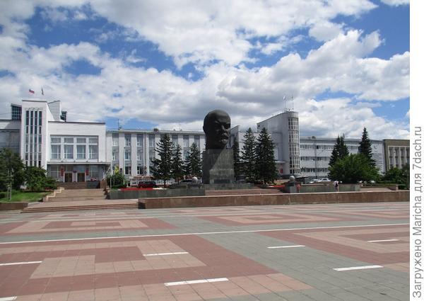 Памятник Ленину и Дом Советов