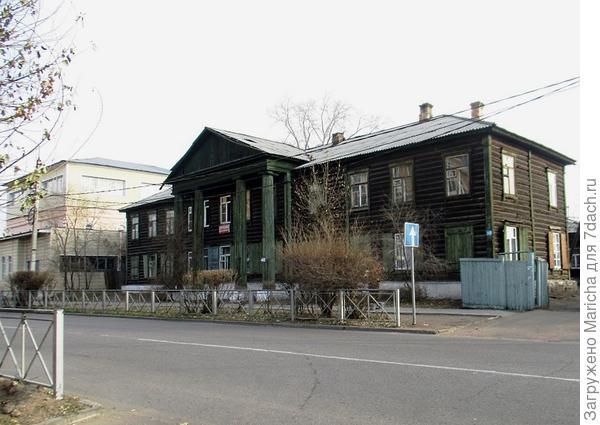 Дом с деревянными колоннами