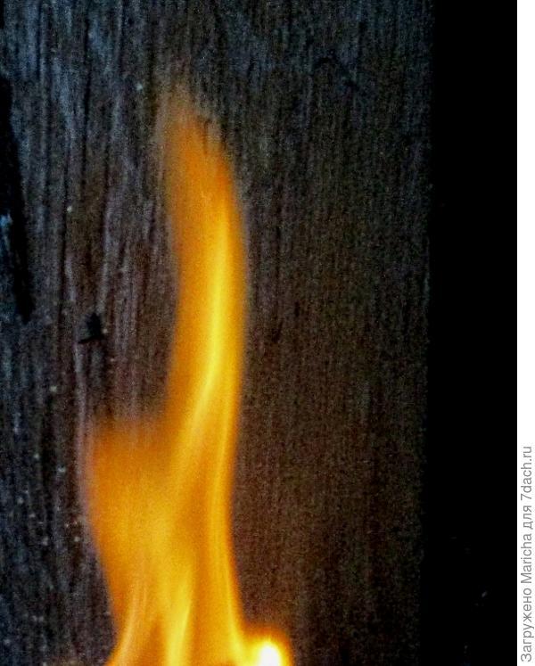 Огонь пополз по столбу вверх!