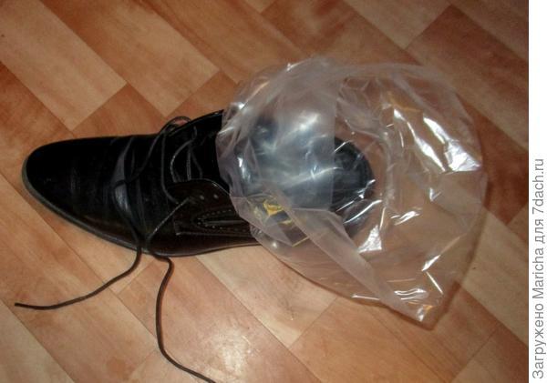 Вкладываем пакет в ботинок