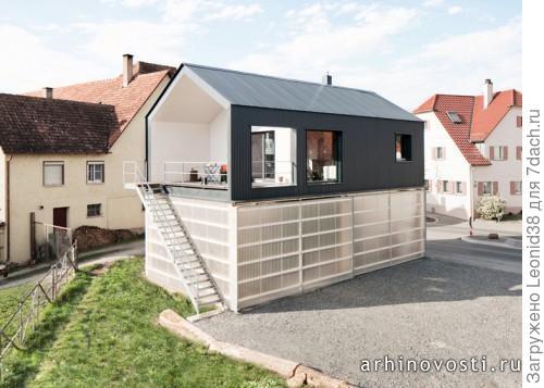 Дом с гаражом в Германии. Первый этаж, для прозрачности, облицован сотовым поликарбонатом