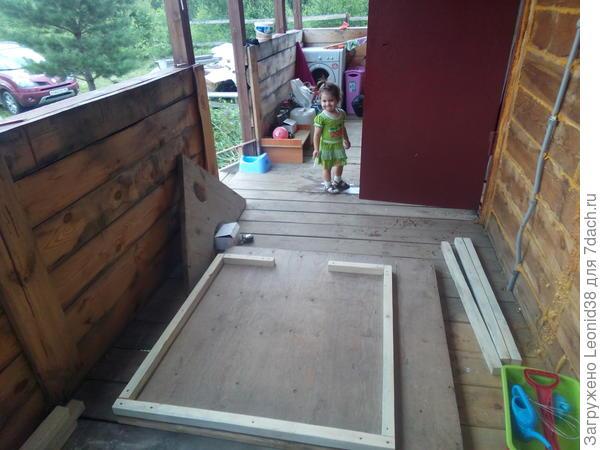 начало стройки,  постройку домика  начал вечером, на следующий день, вместе с песочницей закончил.