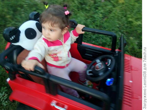 Обкатали машину, которые купил дед для младших внучат. Тасюне красный джип.