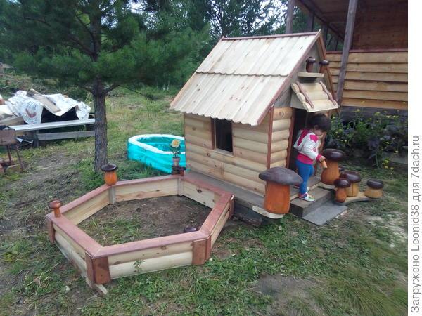 Этот домик с песочницей, для игр на улице