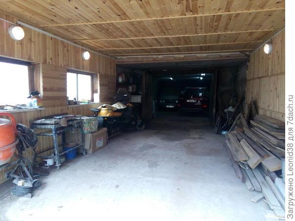 Внутри, видно основной гараж с машинами, пристроенный гараж, служит как мастерская, для работы с деревообрабатывающим станком, с вибростолом и бетономешалкой. Для изготовления плитки и камня.