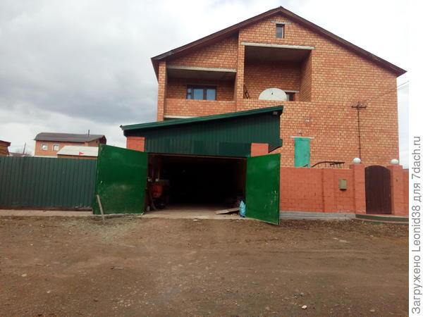 Вид дома с гаражом построенным дополнительно
