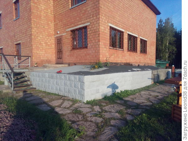 Облицовка подпорной стены из бетона, вдоль цокольного этажа дома. Для защиты и утепления . Облицовка выполнена искусственным камнем. В дальнейшем планирую, укладки плитки сверху.