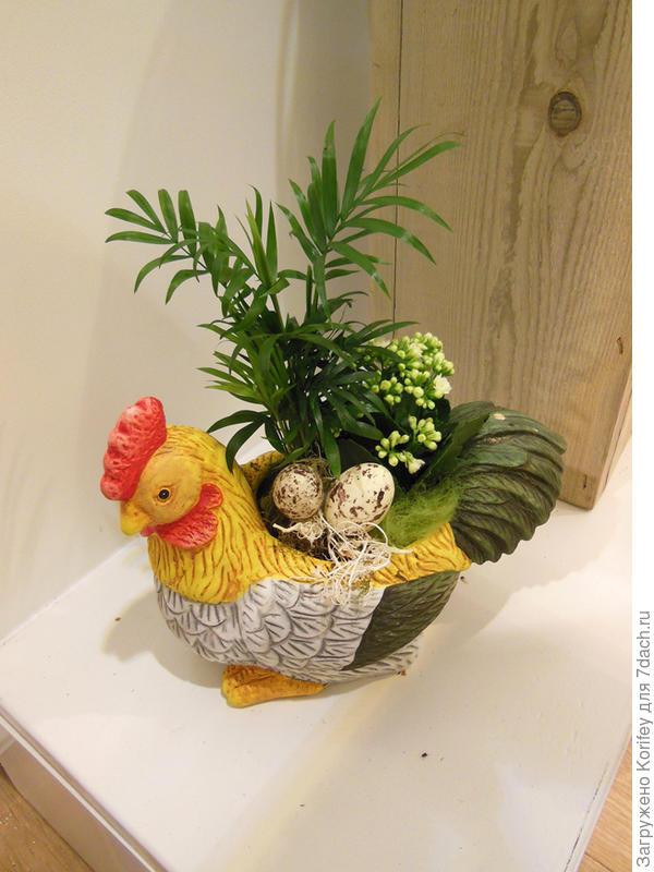Керамическая фигурка курицы с пасхальными яйцами