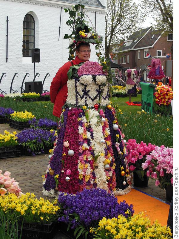 Ещё один вариант старинного женского платья. Обратите внимание, сколько вокруг стоит цветов в вазах и обычных пластиковых ящиках