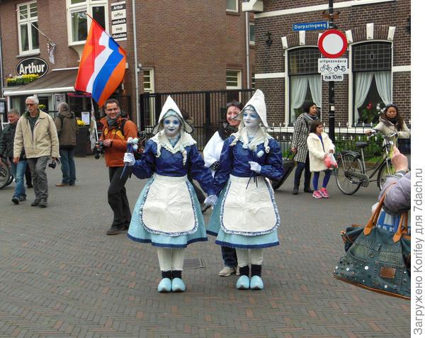Местные девушки в национальных костюмах неизменно привлекают интерес туристов