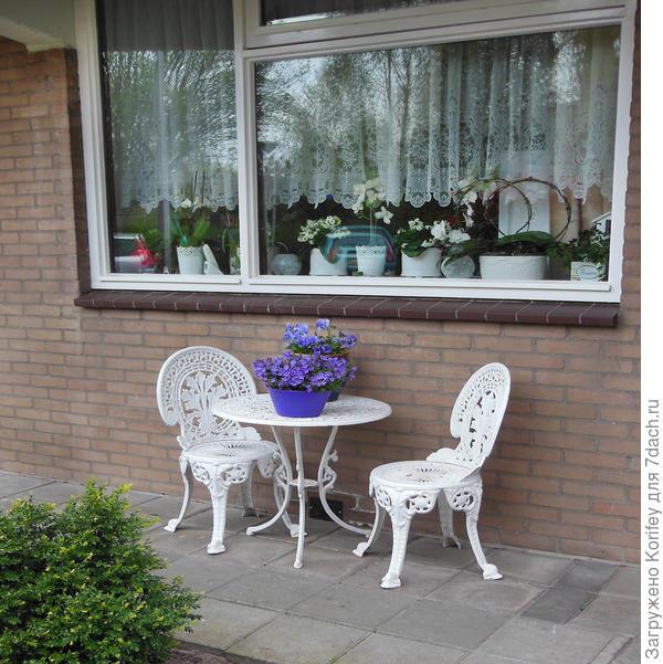 Очень красиво будет смотреться обычный столик с обычными колокольчиками или виолками. Они хорошо переносят ночные холодные температуры. неприхотливы и не требуют особого ухода