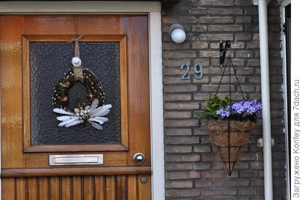 На входных дверях почти у каждого висят какие-то красивые веночки, пасхальные и не только. сбоку часто тоже можно увидеть стильные подвесные кашпо или корзинки с неприхотливыми цветами