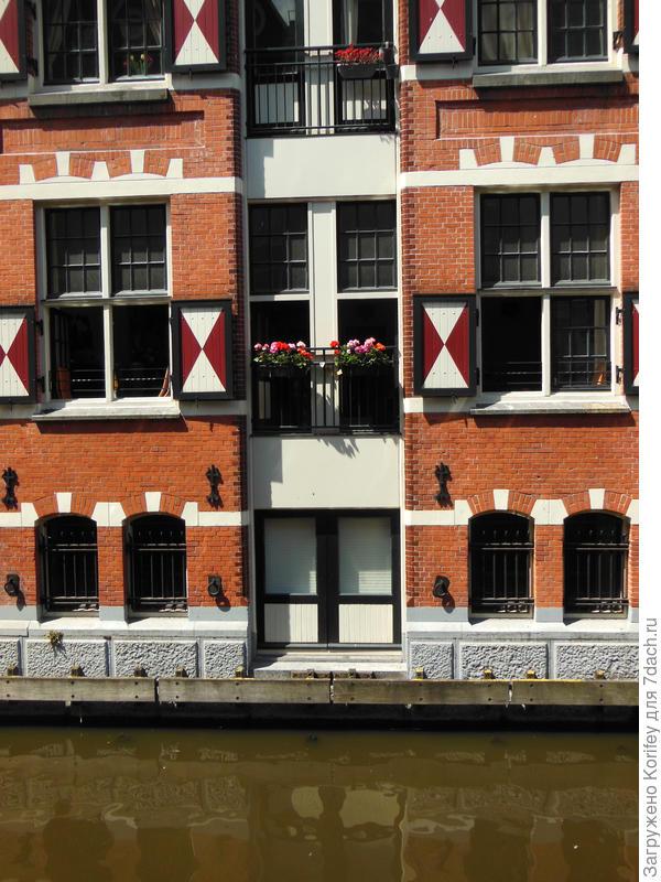 Даже если окна выходят прямо на канал, можно повесить всего пару небольших кашпо с гортензиями или петуниями