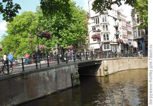На улицах и улочках всегда есть много подвесных кашпо с красивыми ухоженными цветами
