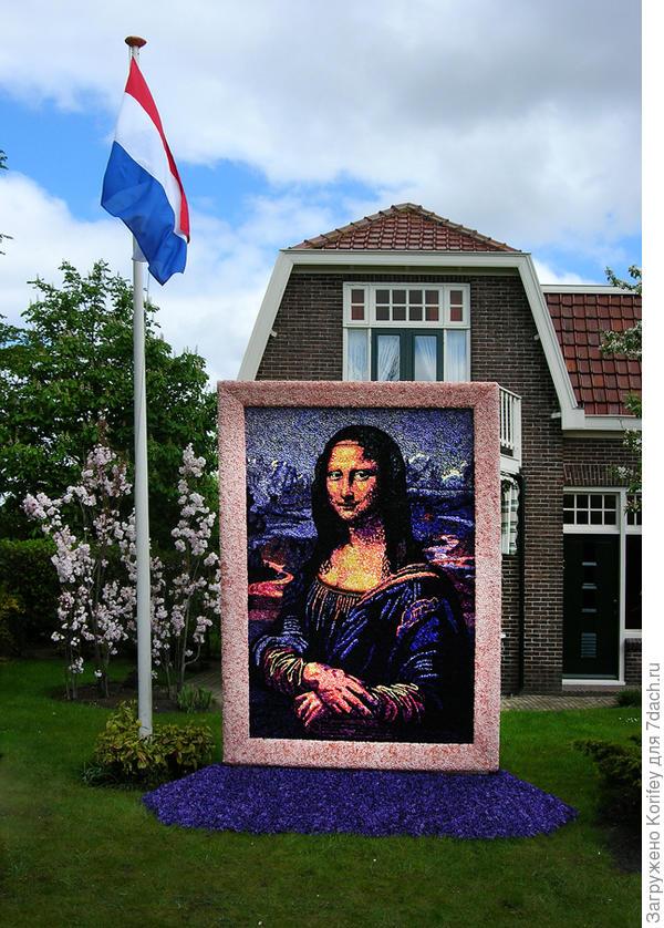 Голландцы не только очень любят свою страну и свой флаг, но они очень трудолюбивы. Это панно с мадонной сделано из мелких цветочков гиацинта. Его высота примерно 2 моих роста. А это что-то около 3,5 м ...