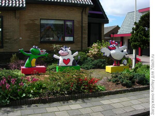 Дворик с мультяшными скульптурами во дворе на детской площадке