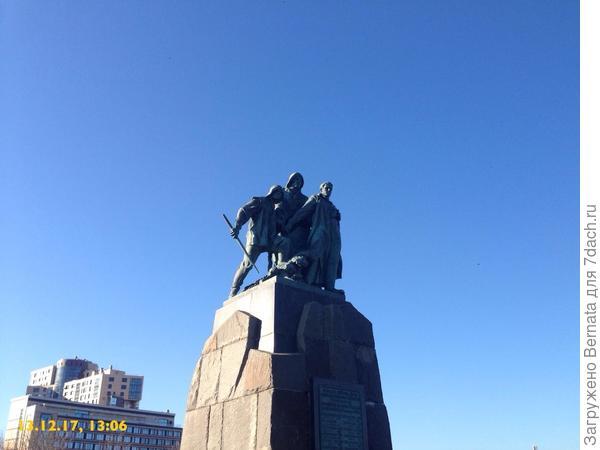 Памятник рыбакам... Имеют к воде самое непосредственное отношение:)))