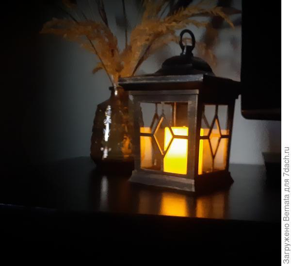 Один фонарь муж оставил в доме, в надежде, что ему хватит солнечного заряда, который он будет получать через окно на подоконнике