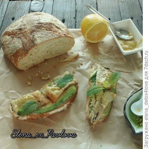 Бутерброд со скумбрией и авокадо и двумя видами соусов.