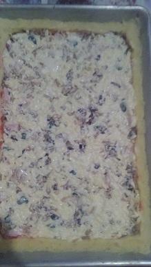 Заливаем пиццу смесью из натертого сыра с майонезом и молоком