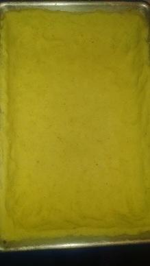 Картофельно тесто распределяем по поддончику(рразмер моего - 22х340