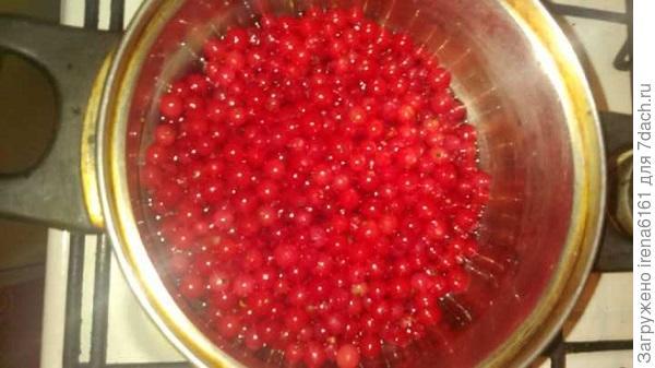 Закладываем в сироп красную смородину и осторожно шумовкой ее переворачиваем в кастрюльке буквально 2-3 минуты, чтобы она не полопалась и не потеряла цвет