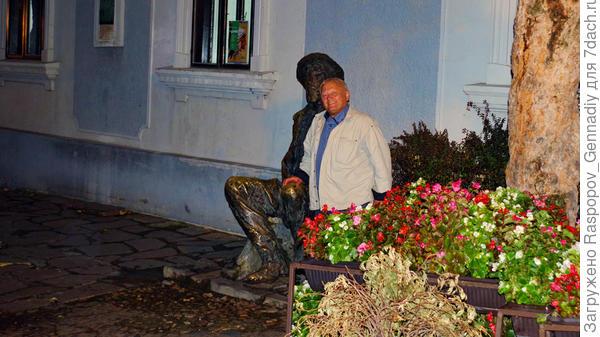 Везде цветы и скульптуры