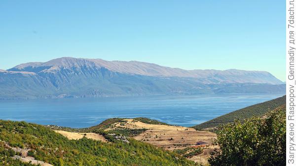 Показалось озеро Охрид