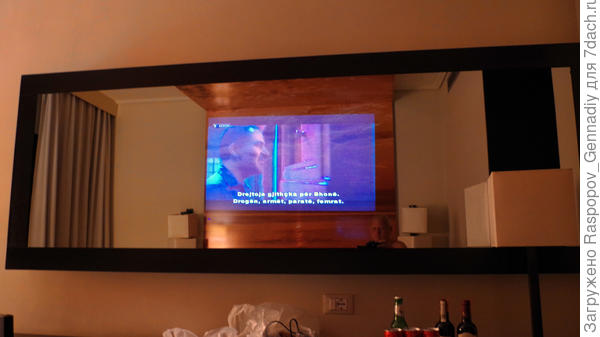 Огромное зеркало с телевизором в номере