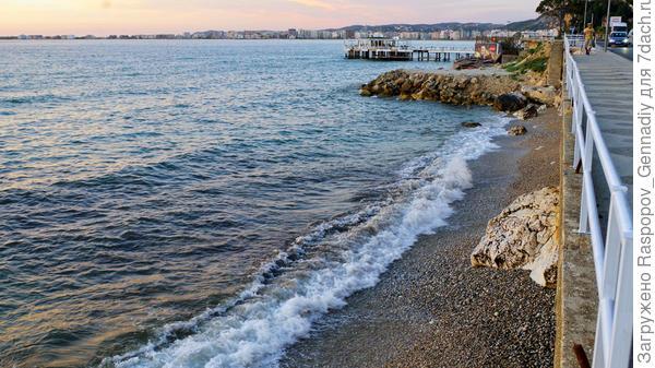 Вид направо - море и закрытый пляж