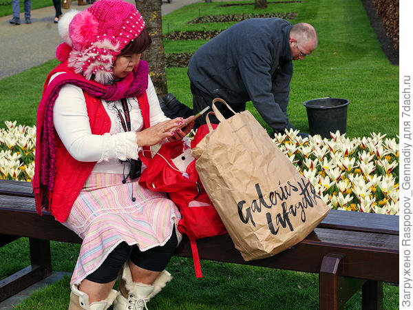 Декоративная восточная девушка и трудяга садовод