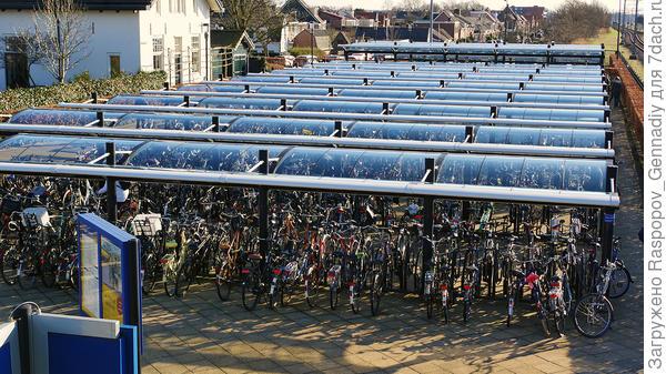 Слева от станции прокат велосипедов